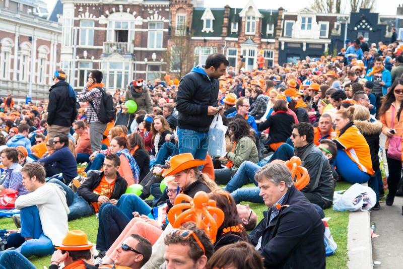 Multidão no museumplein em Koninginnedag 2013 foto de stock
