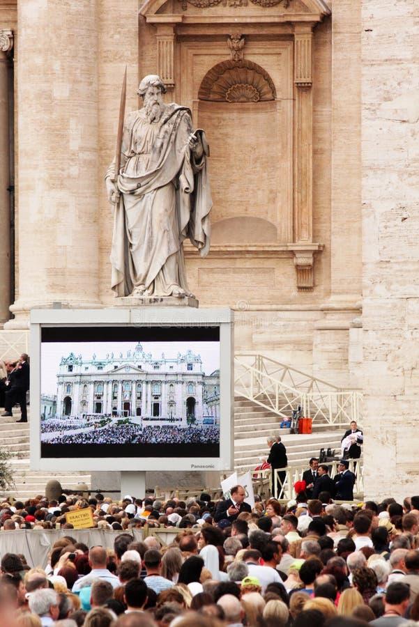 Multidão no quadrado do st peter fotografia de stock royalty free