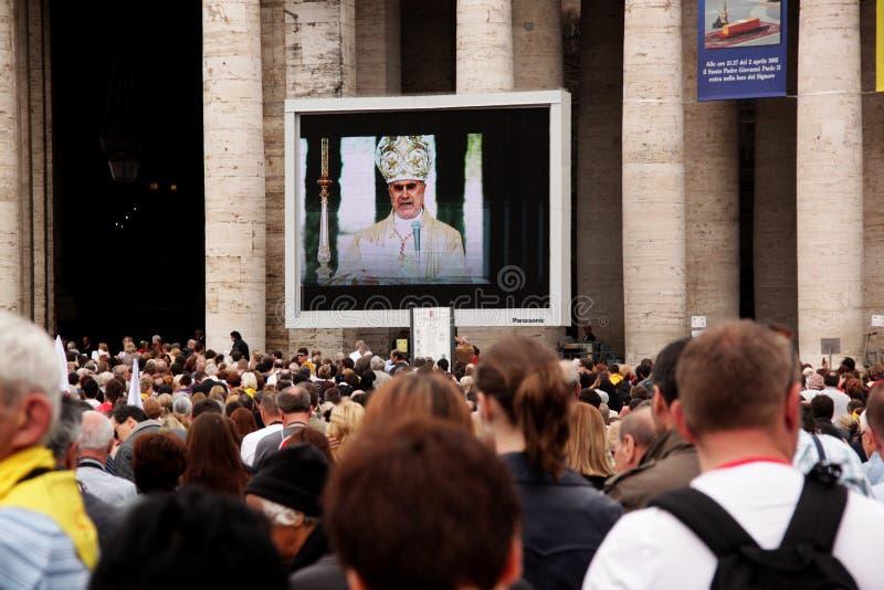 Multidão no quadrado do st peter imagem de stock royalty free