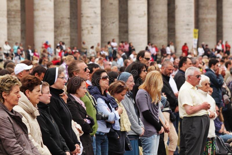 Multidão no quadrado do st peter imagem de stock