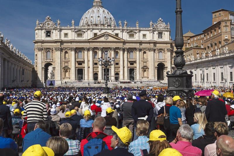 Multidão no quadrado do st peter imagens de stock royalty free