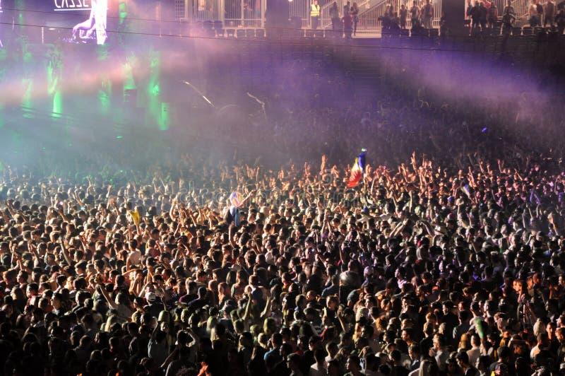 Multidão Partying em um concerto vivo fotos de stock