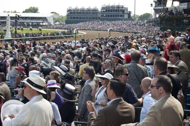 A multidão presta atenção à raça de Kentucky Derby fotos de stock