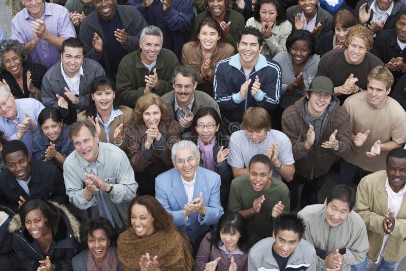 Multidão que aplaude na reunião foto de stock