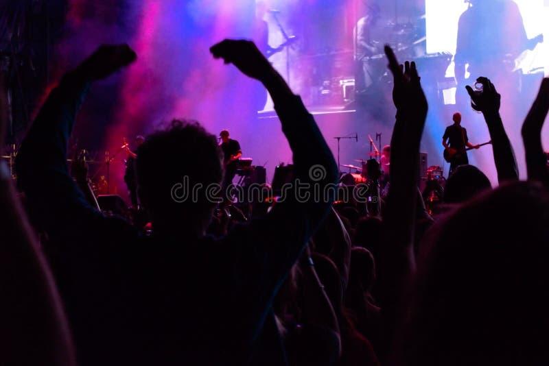Multidão que cheering em um concerto fotografia de stock