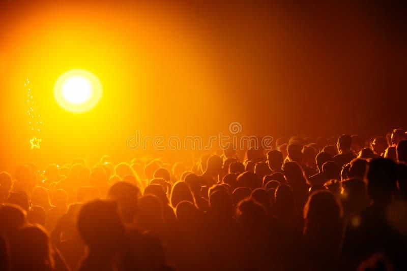 Multidão que comemora o recolhimento do cristão fotografia de stock