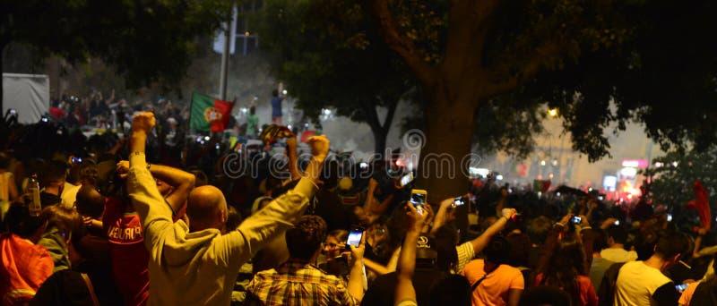 Multidão que comemora a vitória, bandeira de Lisboa, Portugal - final europeu 2016 do campeonato do futebol do UEFA