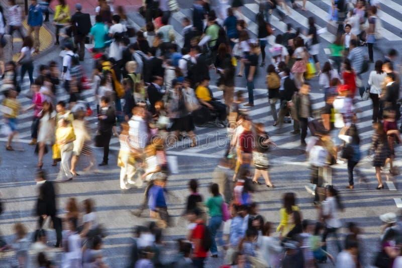 Multidão que cruza a rua foto de stock