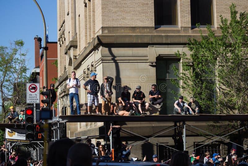 Multidão que espera o Giants imagens de stock