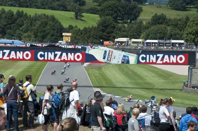 A multidão que presta atenção à qualificação, GP britânico de Moto fotografia de stock royalty free