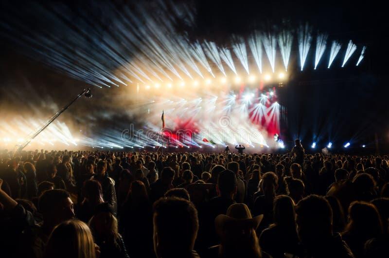 Multidão surpreendida que atende a um concerto impressionante da música imagem de stock royalty free