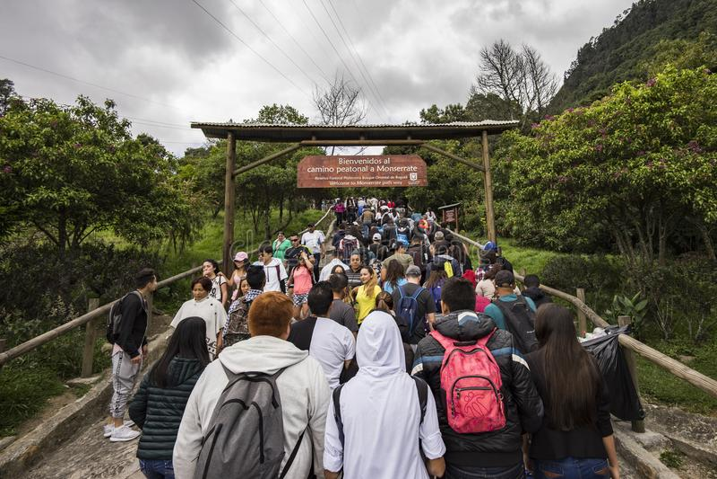 Multidões de povos que começam a caminhada acima de Monserrate foto de stock