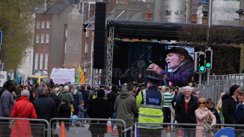 Multidões, Garda e fase durante o centenário/100th aniversário da Páscoa que aumenta em Dublin fotos de stock royalty free