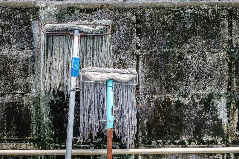 Multidões idosas e sujas dos assoalhos no Grunge e bloco de cimento sujo Wal imagem de stock