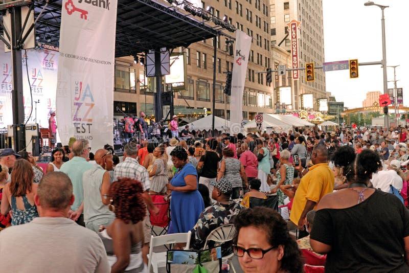 Multidões no quadrado do teatro para Cleveland Ohio Jazzfest fotografia de stock royalty free