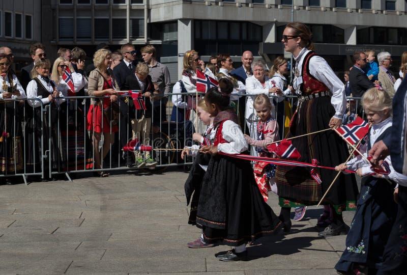 Multidões que alinham a rua para a parada do ` s das crianças no dia nacional do ` s de Noruega, 17o de maio imagens de stock