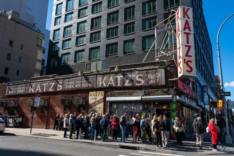 Multidões se aproximando do lado de fora da famosa Delicatessen Katz em Nova Iorque foto de stock royalty free