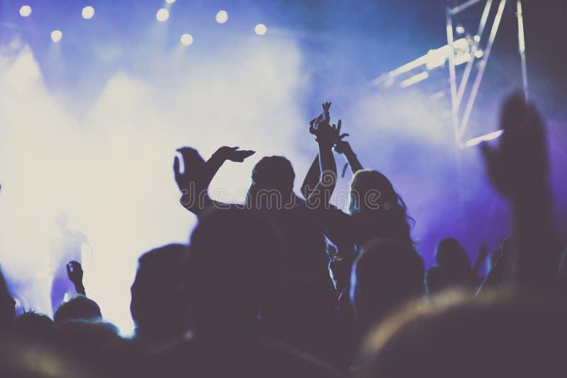 multid?o cheering com m?os levantadas no concerto - festival de m?sica ilustração royalty free