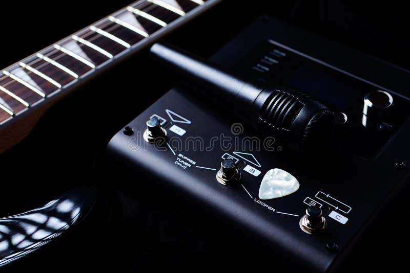 Multieffectsbewerker voor Elektrische Gitaar en een Microfoon op zwarte achtergrond stock afbeelding