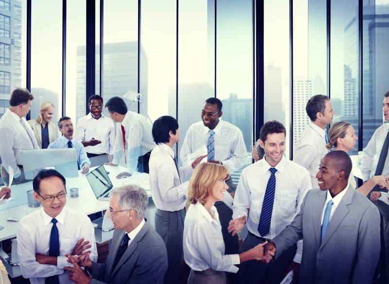 Multiethnisch von den Geschäftsleuten, die im Büro arbeiten stockbild