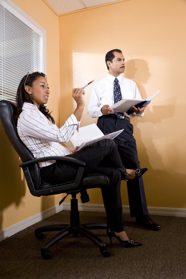 Multiethnische Büroangestellte, die Darstellung überwachen stockfotos