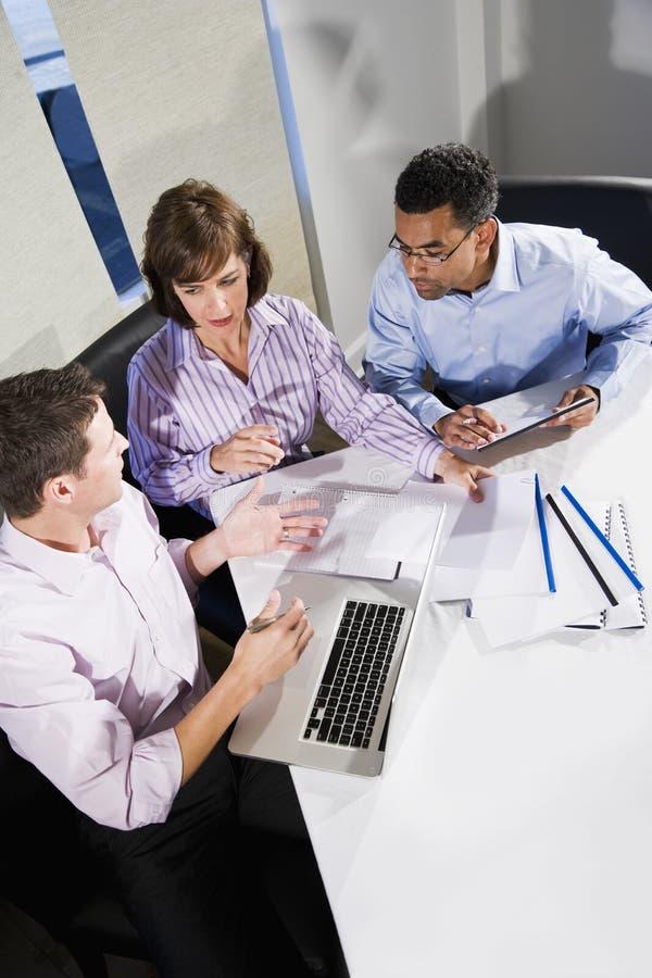 Multiethnische Büroangestellte, die an Projekt arbeiten lizenzfreie stockfotos