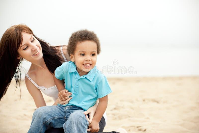 Multiethnische Familie, die sich zusammen draußen entspannt lizenzfreie stockfotos