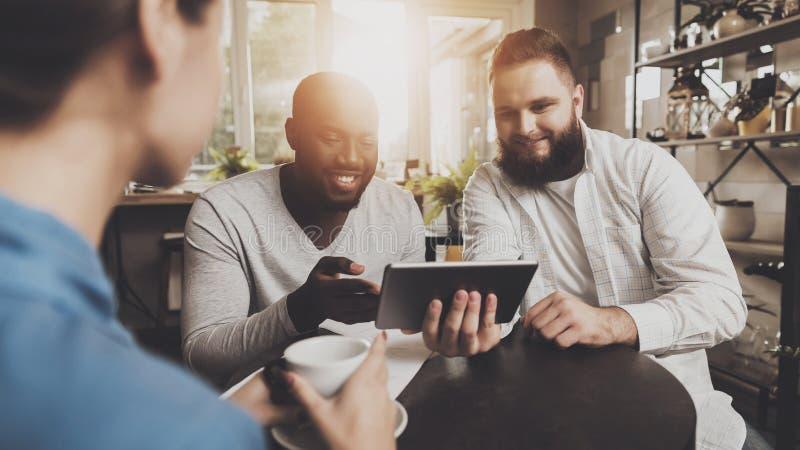 Multiethnische Firmenleute arbeiten an Projekt lizenzfreie stockbilder