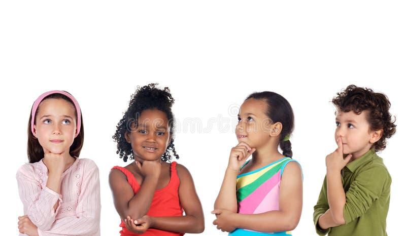 Multiethnische Gruppe des Kinddenkens lizenzfreie stockfotografie