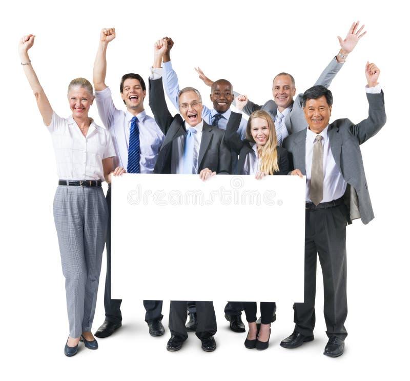 Multiethnische Gruppe Geschäftsleute, die Plakat halten stockfoto
