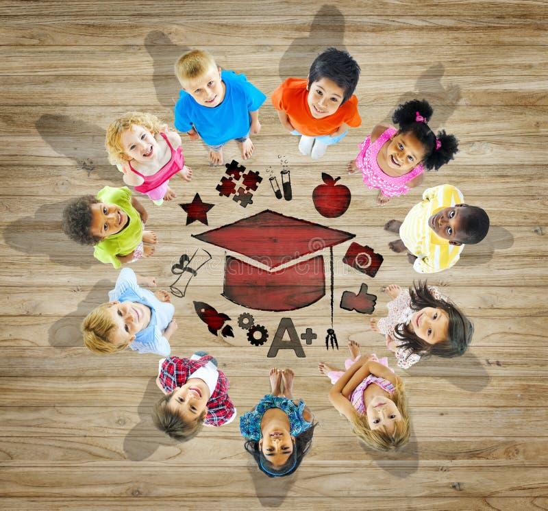 Multiethnische Gruppe Kinder mit Bildungs-Konzept lizenzfreies stockfoto