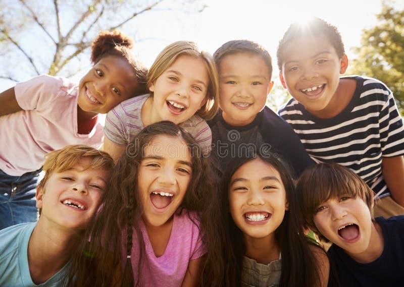 Multiethnische Gruppe Schulkinder auf Schülertransport, lächelnd lizenzfreie stockfotografie