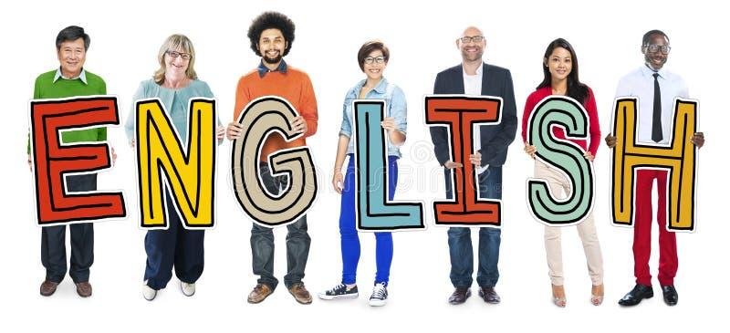Multiethnische Gruppe von Personen, die Buchstaben englisch hält stockfoto
