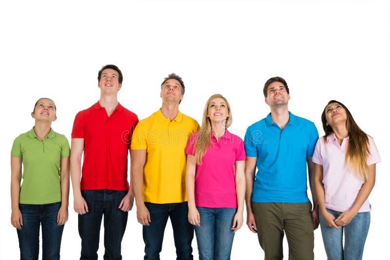 Multiethnische Gruppe von Personen, die oben schaut lizenzfreie stockbilder