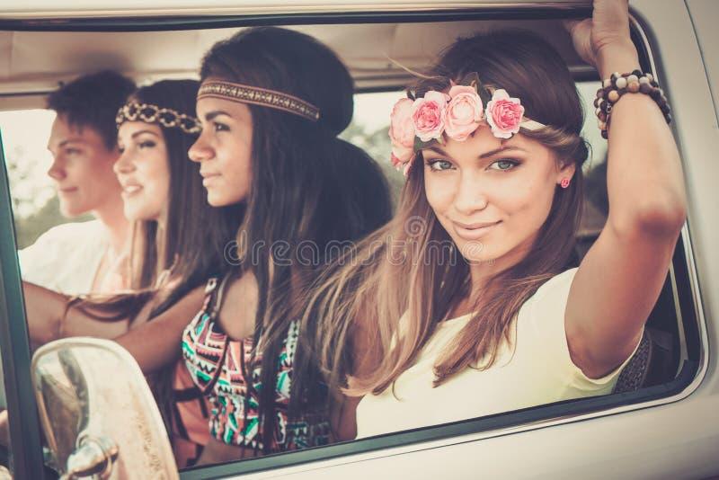 Multiethnische Hippiefreunde auf einer Autoreise stockbilder