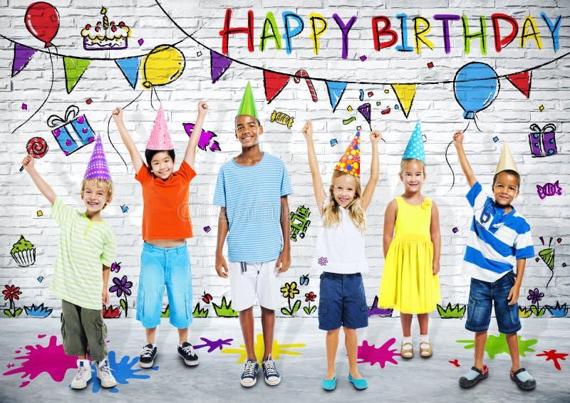 Multiethnische Kinder feiern glückliche Geburtstagsfeier lizenzfreie stockfotos