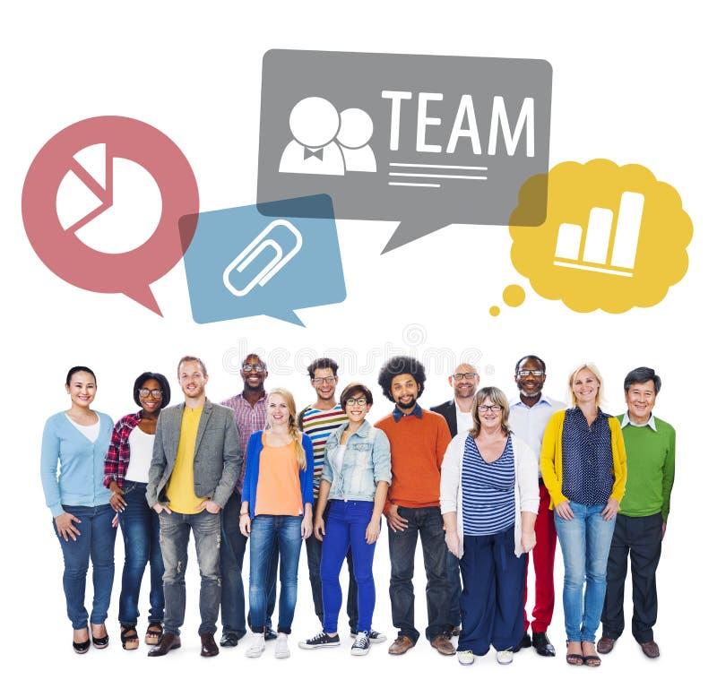 Multiethnische Leute im Team auf lokalisiertem Weiß stockfotos