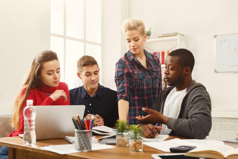 Multiethnische Mitschüler, die sich zusammen für Prüfungen vorbereiten lizenzfreies stockbild