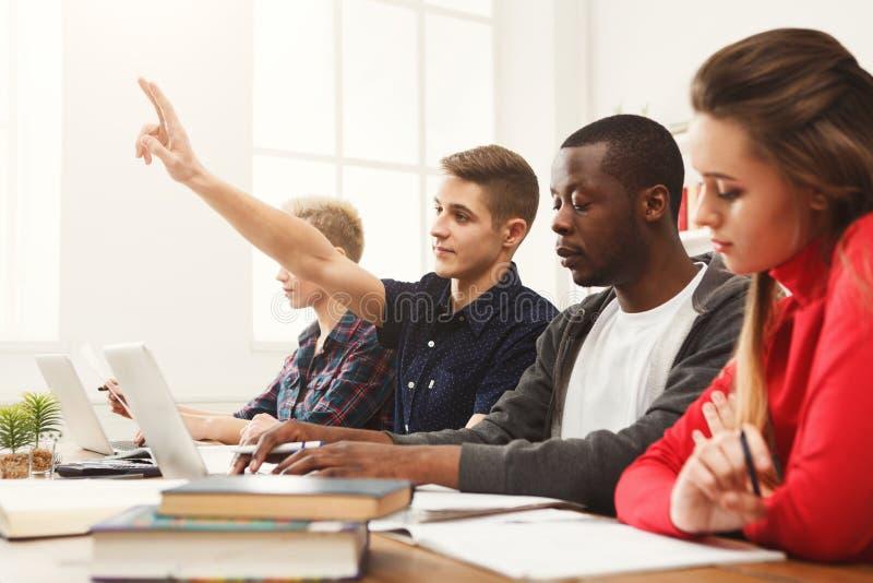 Multiethnische Mitschüler, die sich zusammen für Prüfungen vorbereiten stockbilder