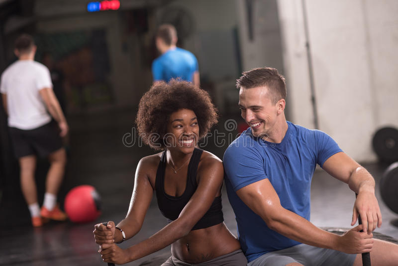 Multiethnische Paare nach Training mit Hammer stockfotografie