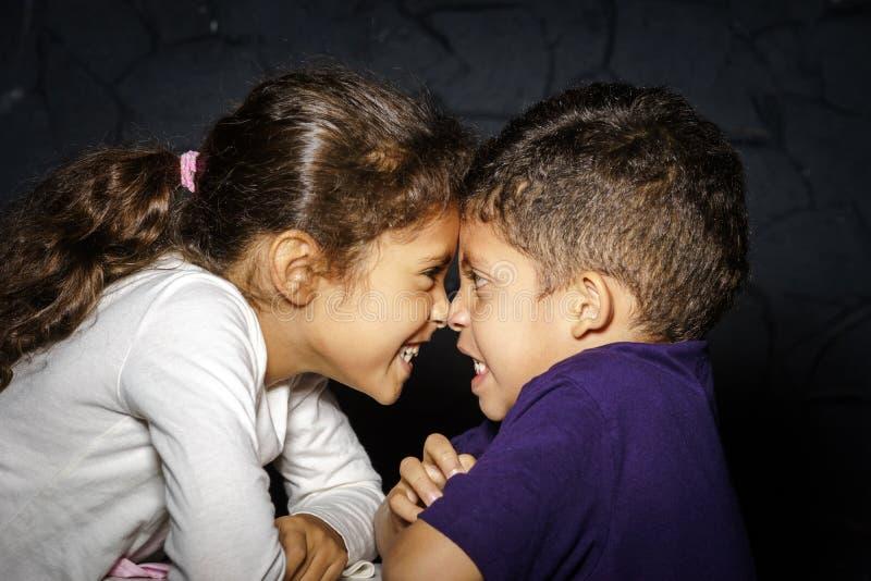 Multiethnische Schwester und Bruder stockfotos