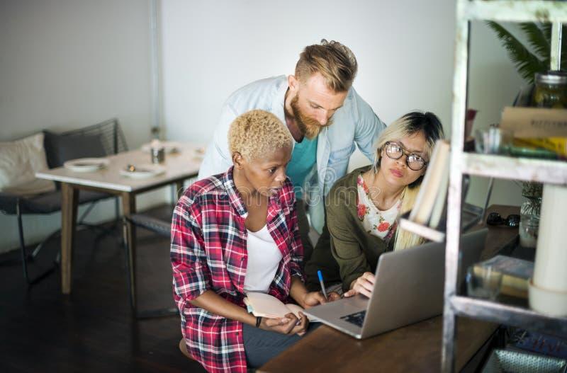 Multiethnisches Geschäft Team Brainstorm Laptop Cafeteria Concept stockbilder