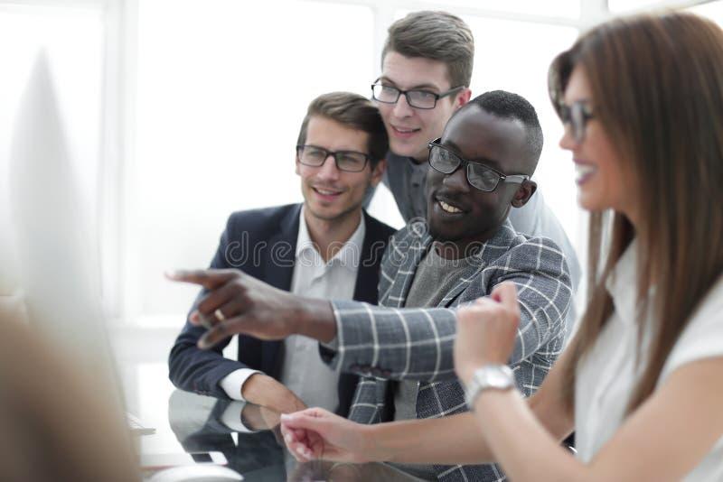 Multiethnisches Geschäftsteam bespricht neue Informationen stockbilder