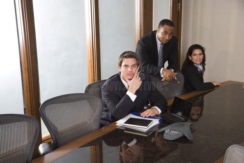 Multiethnisches Geschäftsteam im Sitzungssaal lizenzfreies stockfoto