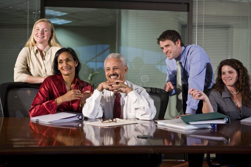 Multiethnisches Geschäftsteam im Sitzungssaal lizenzfreie stockfotografie