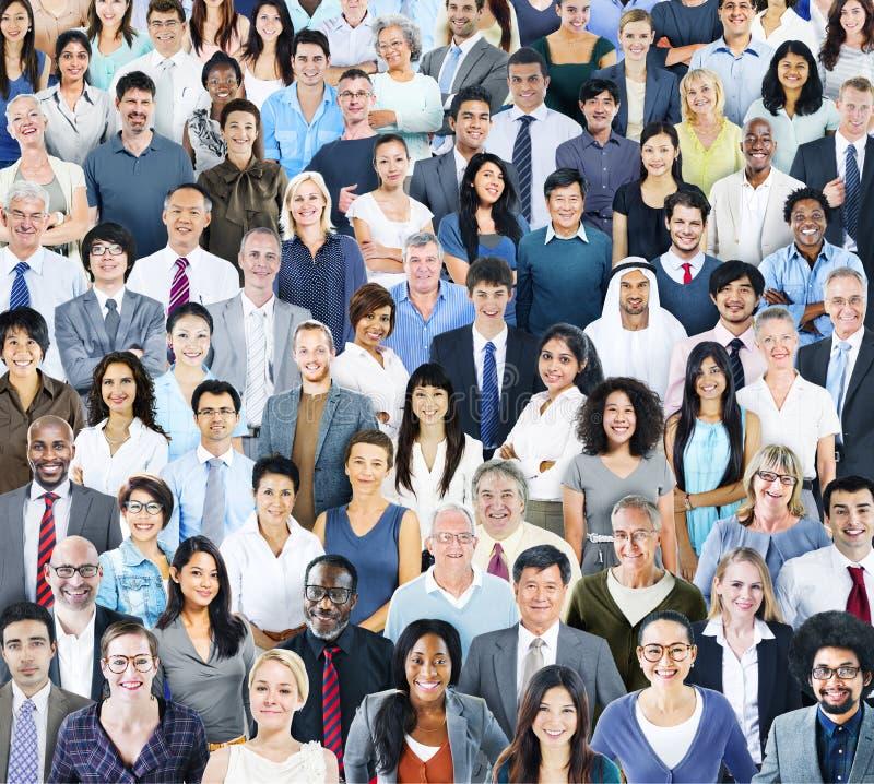Multiethnisches Gruppe von Personenen-Lächeln stockbild
