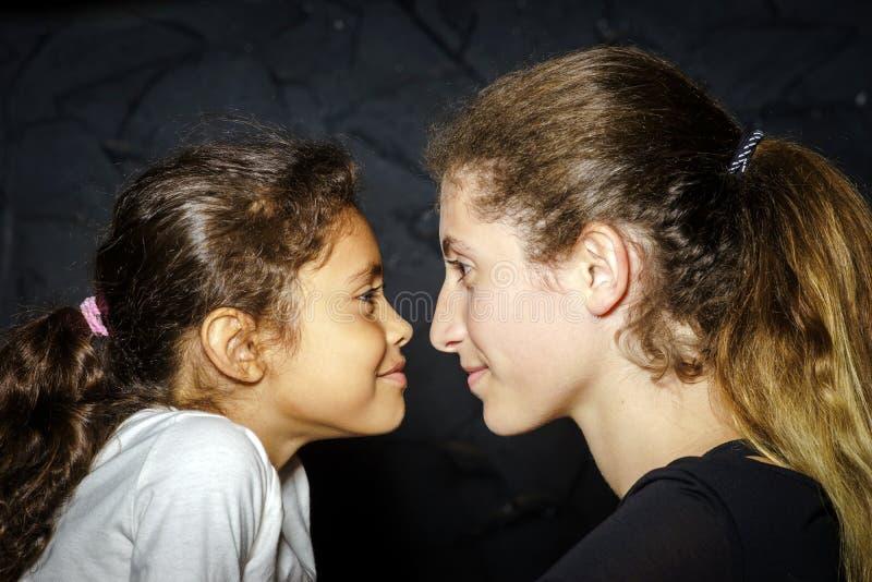 Multiethnisches Schwesterstudioporträt stockfotografie