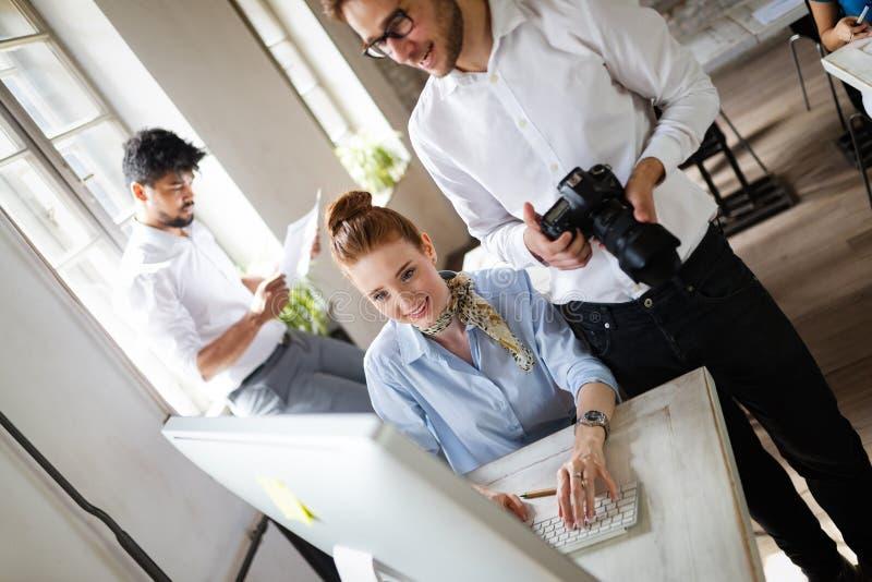 Multiethnisches Startgeschäftsteam auf dem Treffen im Innenbrainstorming des modernen hellen Büros stockfoto