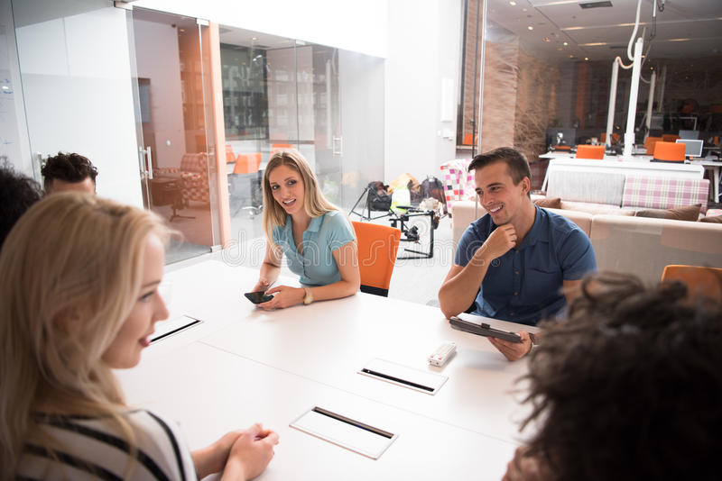 Multiethnisches Startgeschäftsteam auf Sitzung lizenzfreie stockbilder