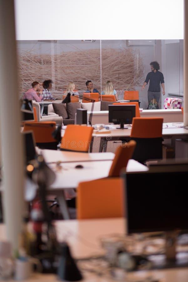 Multiethnisches Startgeschäftsteam auf Sitzung stockfotos